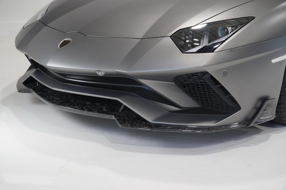 The Mansory front spoiler fin attached under the original bumper of the Aventador S